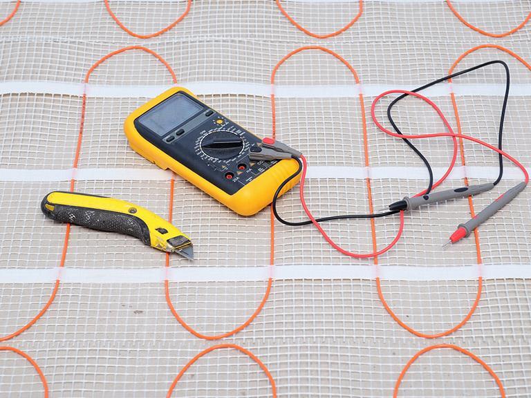 Cyfrowy multimetr wraz zplątaniną kabli