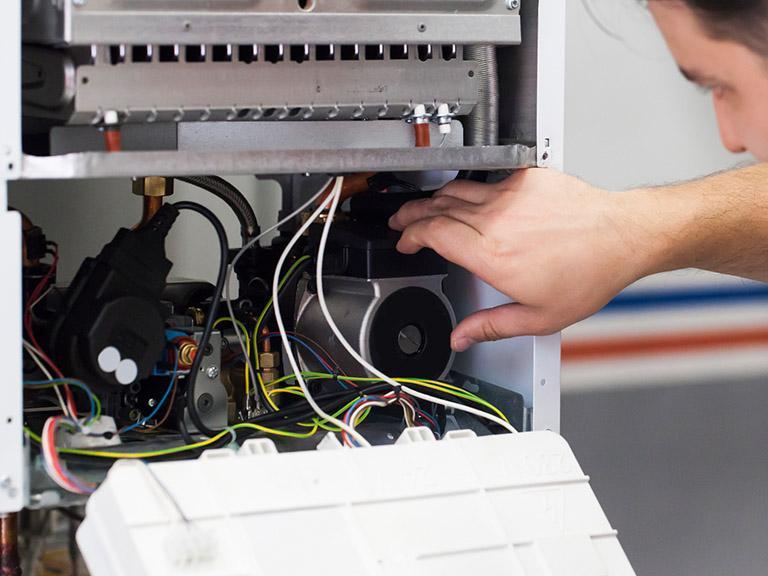 Monter podpinający urządzenie elektrycznie doinstalacji grzewczej